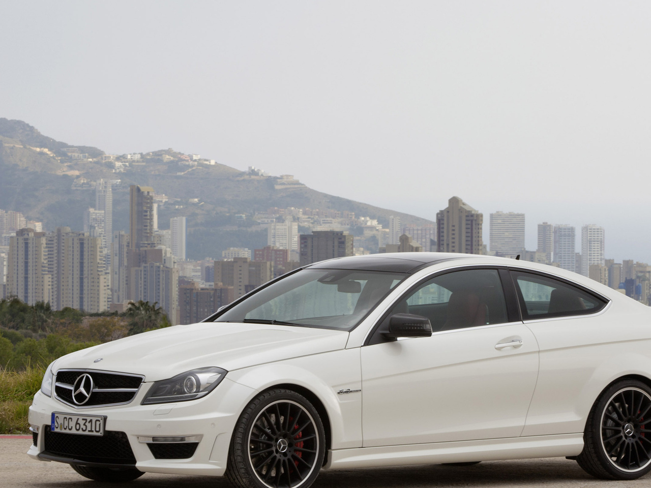 дома, здания, небо, sky, 2861x2000, houses, car, машина, трава, mercedes c63 amg coupe 2012, mountains, горы, город, grass, city, buildings