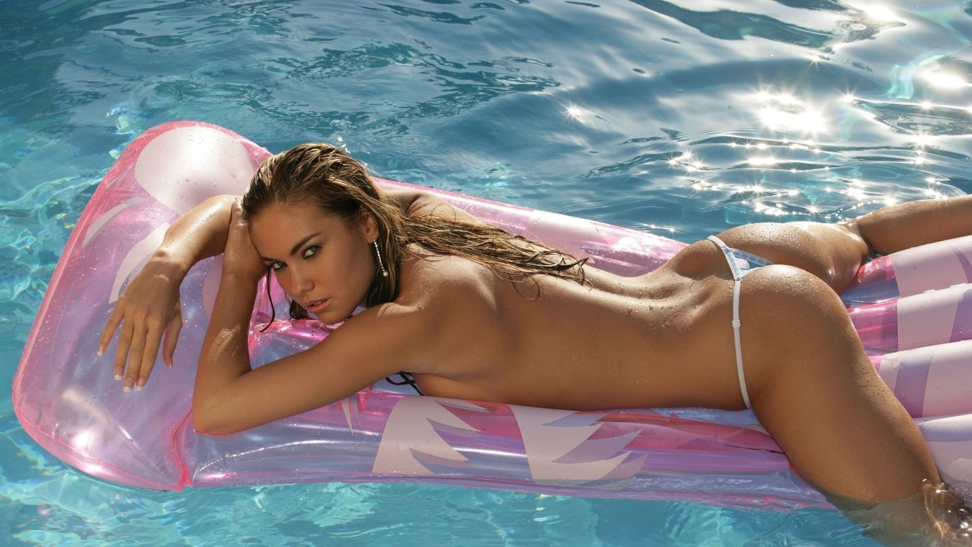 sexy-girls-at-the-pool-pic
