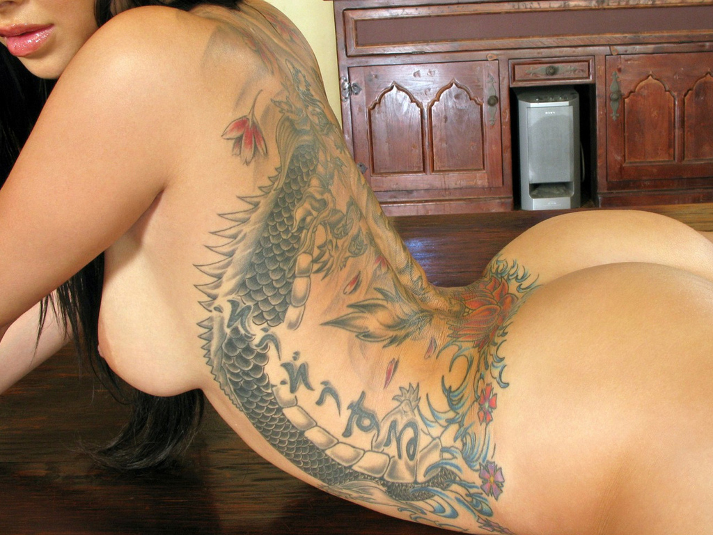 Hot Brunette Babe Salma With Tattoo Showing Gameofporn 1