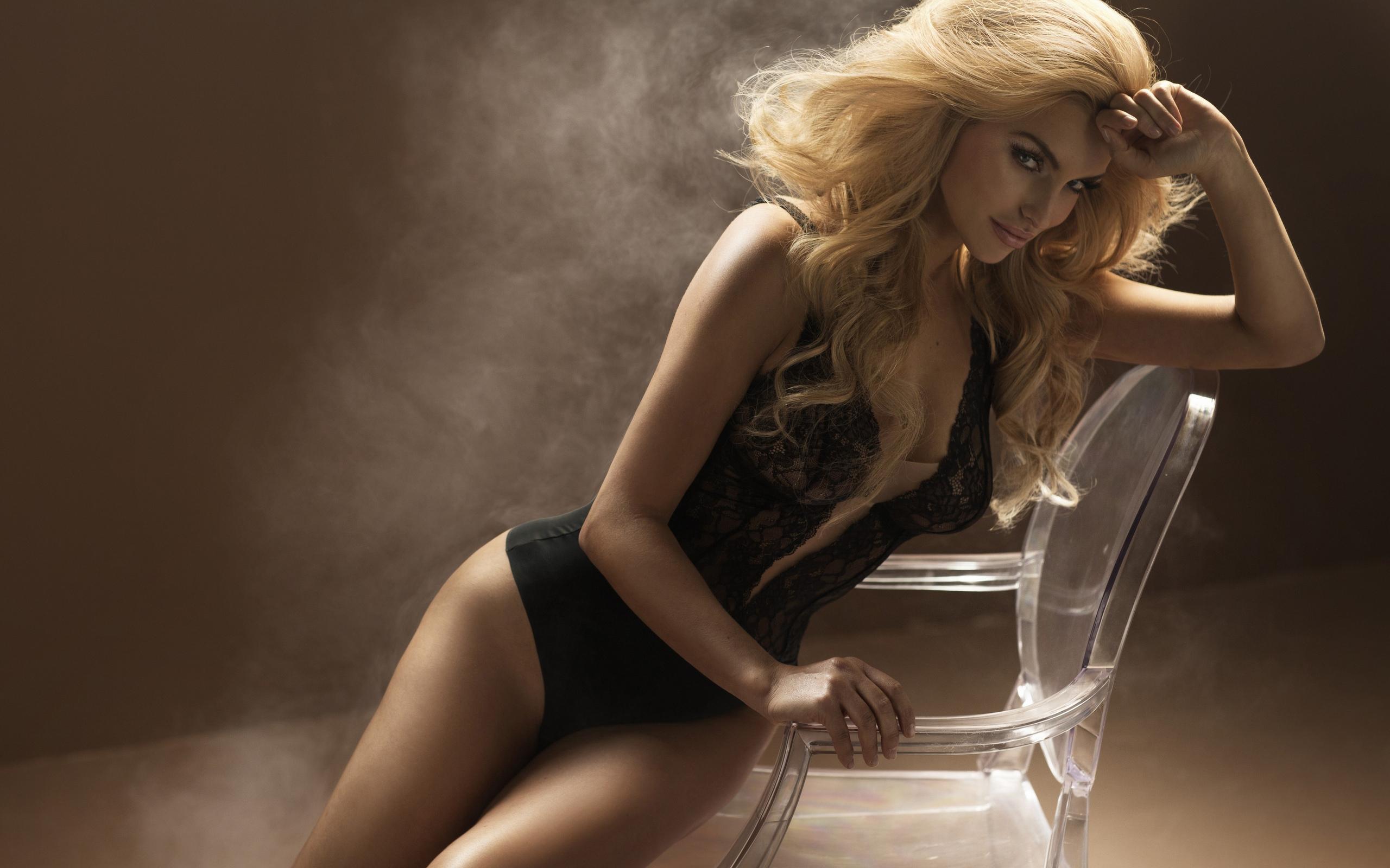 блондинка на столе видео как поклонницу