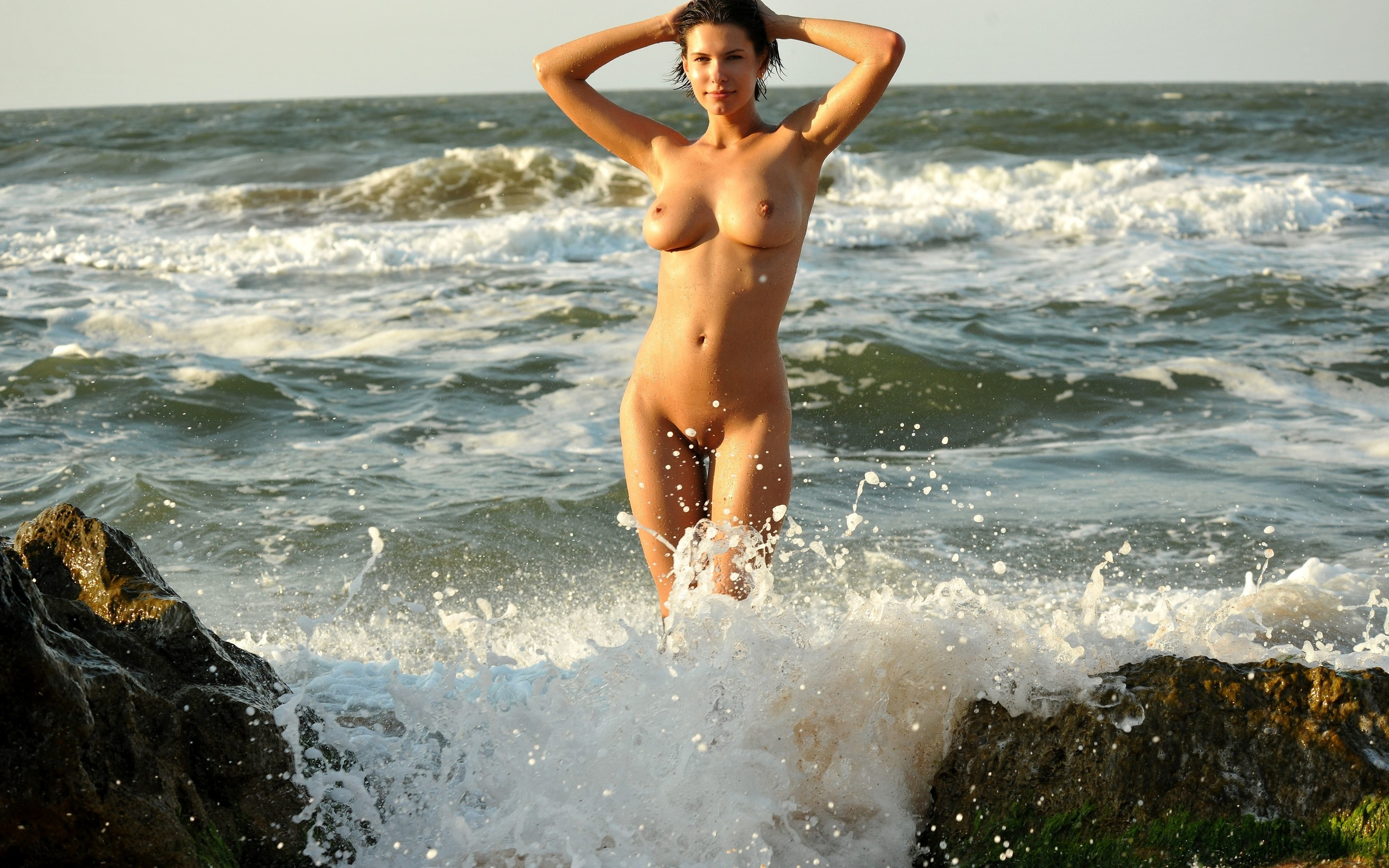 asians-nude-naked-girl-running-on-beach-young-tits