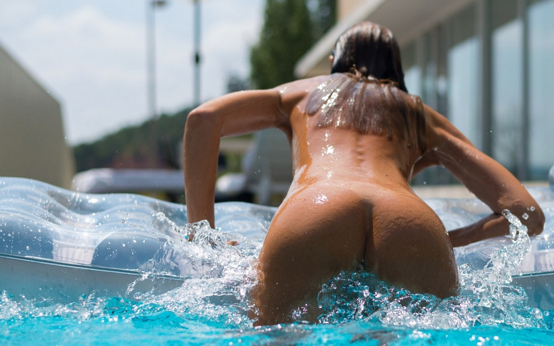 Naked women at the swimming pool — photo 9