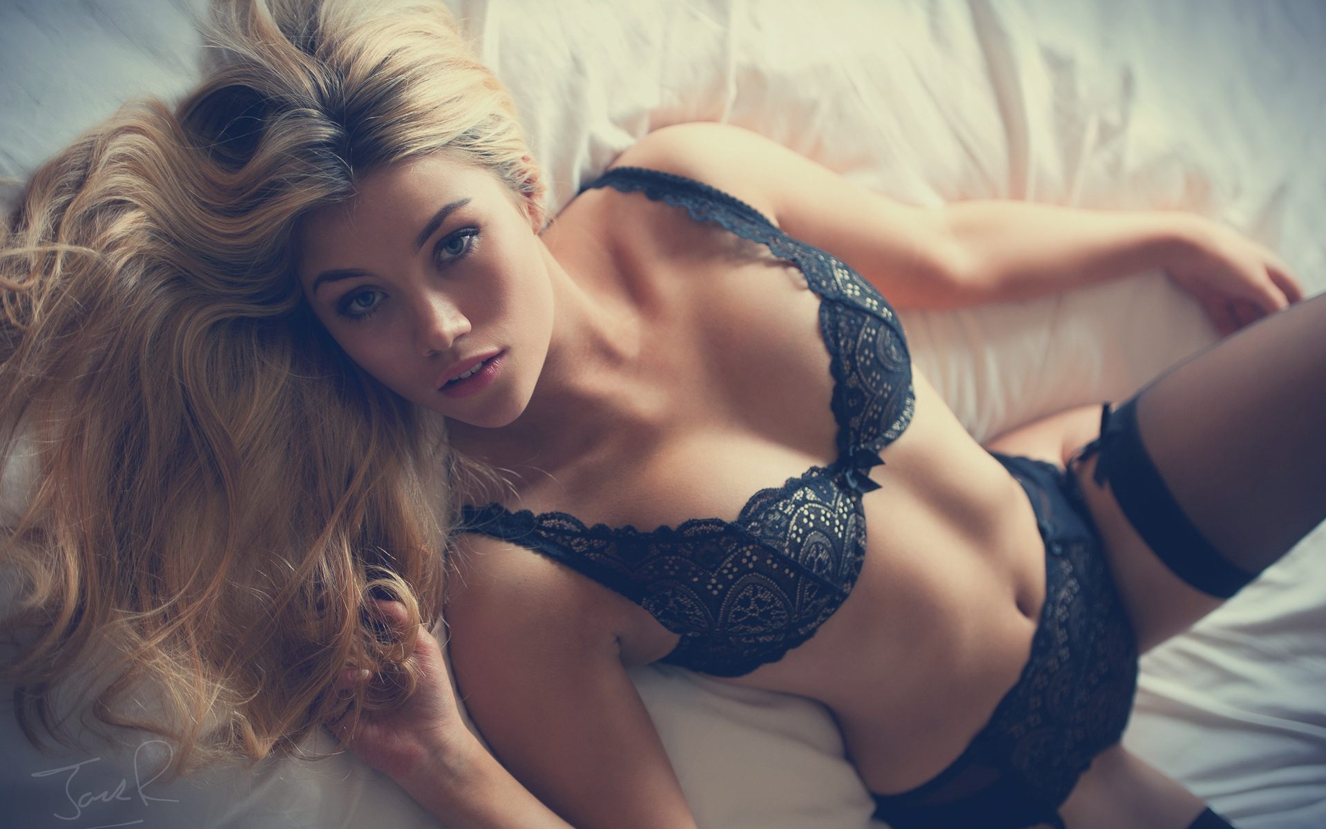 taylor-young-blonde-in-lingerie-sexy-hot