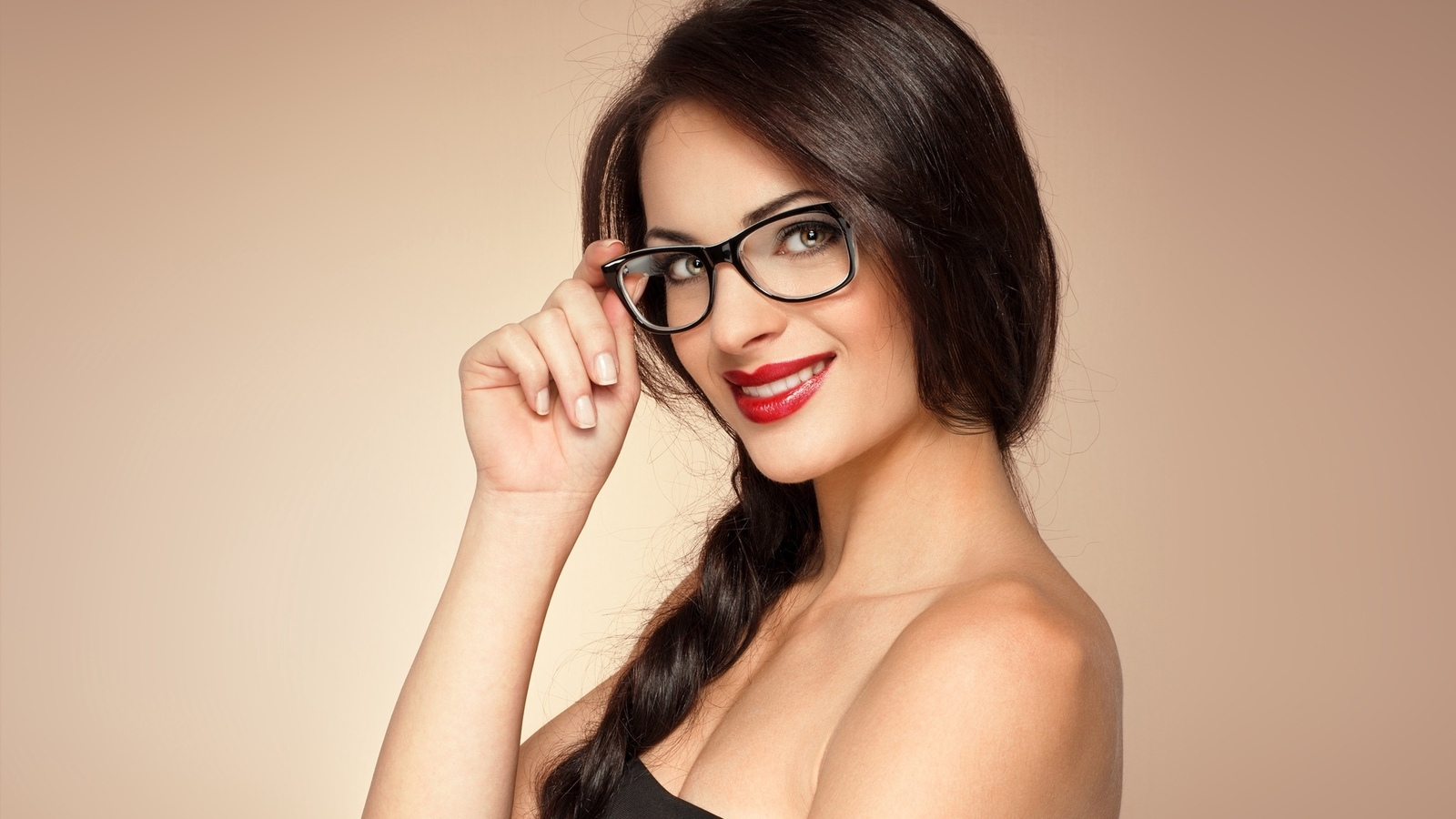 Фото красивых девушек с улыбкой в очках